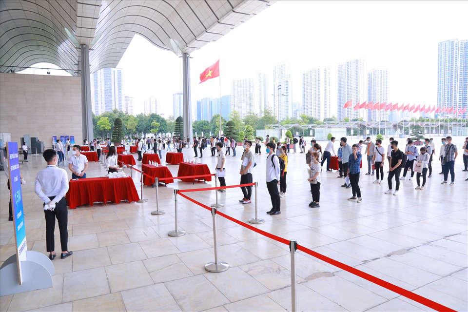 """Làn sóng tuyển dụng của những """"ông lớn"""": Lao động Việt đáp ứng đến đâu?"""